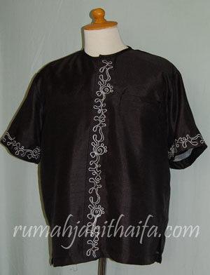 Aksen pada baju koko berupa bordiran, sedangkan blouse